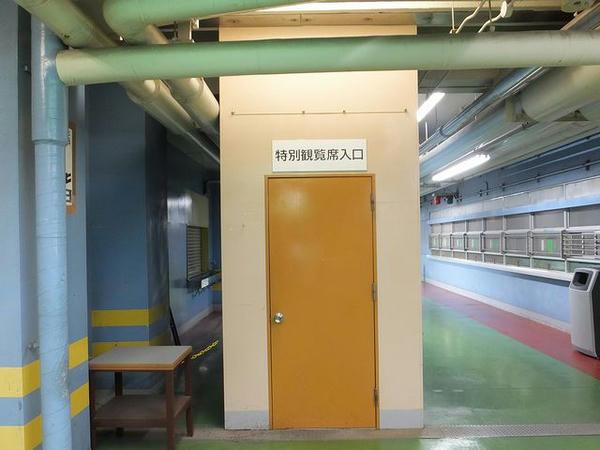 スタンド1階西側にある専用エレベータ入口