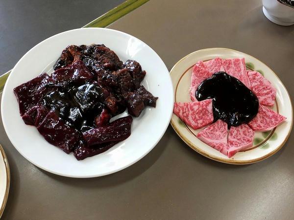【左】 キモ 650円 と ホホ肉 650円 【右】 松阪牛特上ロース 2300円