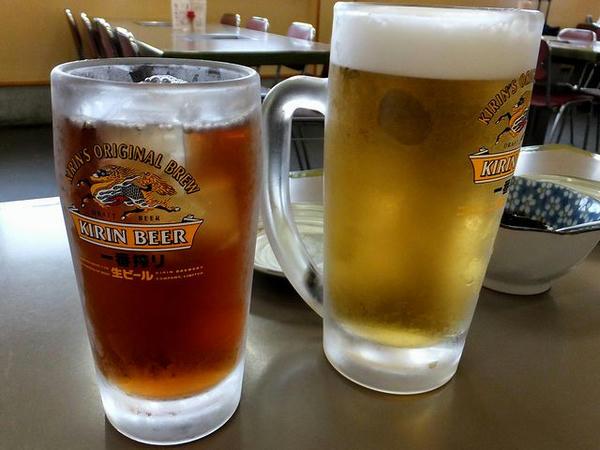【左】 ウーロン茶 210円 と 【右】 生ビール(中) 550円