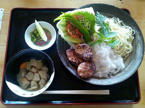 ベトナム風つけ麺 800円(ケータイで撮影。画質悪くて申し訳ない。)
