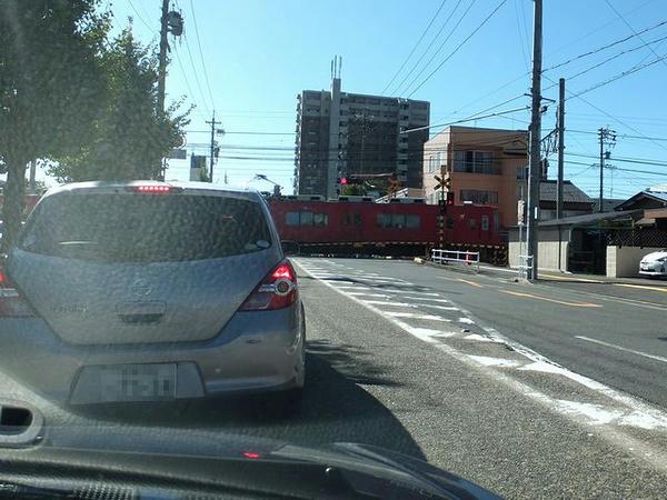 途中の踏切で見た名鉄電車