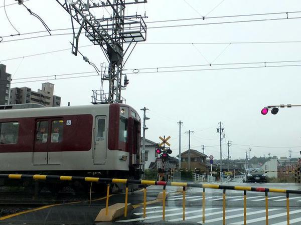 松阪市内の近鉄踏切にて
