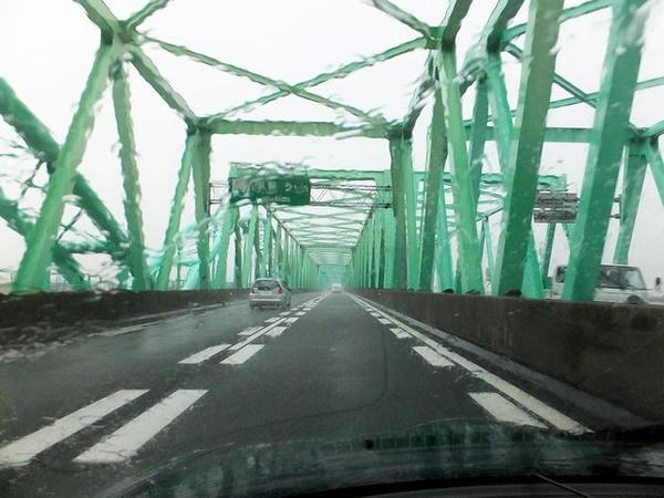 雨の東名阪道(アタマの中には「輪中集落」)