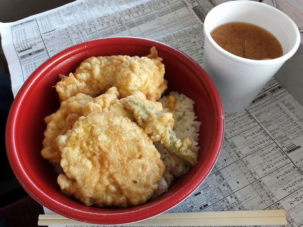 勝とり天丼 580円 + 味噌汁 100円