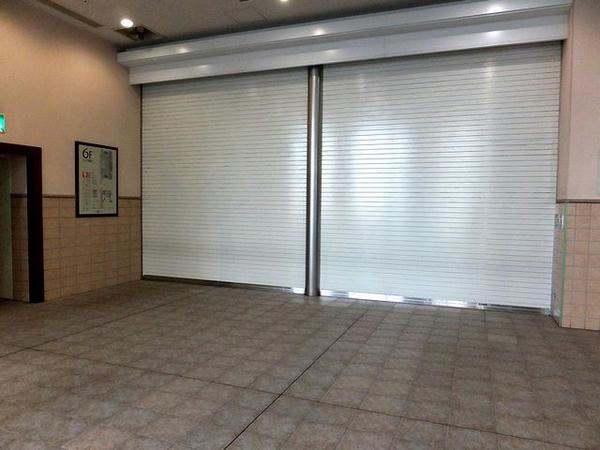 6階の一般投票フロア入り口はシャッターで閉鎖中