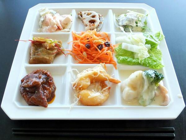 上段左より、「小海老とアボカドのカクテルサラダ」、「れんこんの和風マスタード和え」、「にしんのマスタードマリネ」。中段左より、「白身魚の煮付け」、「ニンジンのラペ(サラダバー)」、「白菜(サラダバー)」。下段左より、「煮込みハンバーグ」、「海老のピリ辛マヨネーズ」、「鶏肉とブロッコリー、カリフラワーのシチュー風」