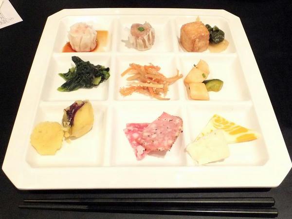 上段左より「点心(シュウマイ)」、「点心(シュウマイ)」、「白菜とあつあげの煮びたし」。中段左より「青菜のおひたし」、「きんぴらごぼう」、「大根とキュウリのキムチ」。下段左より「サツマイモのレモン風味(サラダバー)」、「コールミートの盛り合わせ」、「チーズの盛り合わせ」