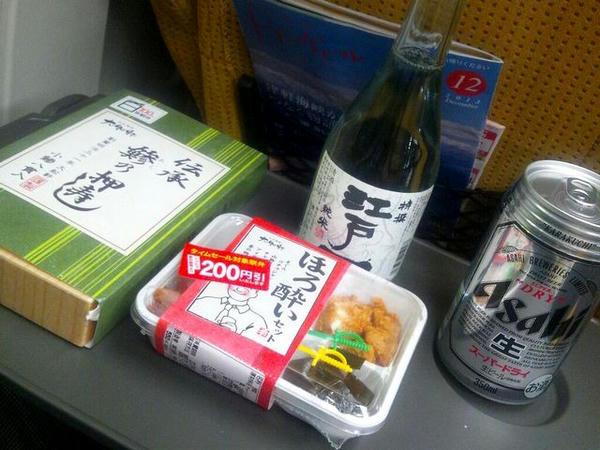 新幹線の車中でささやかな晩餐を
