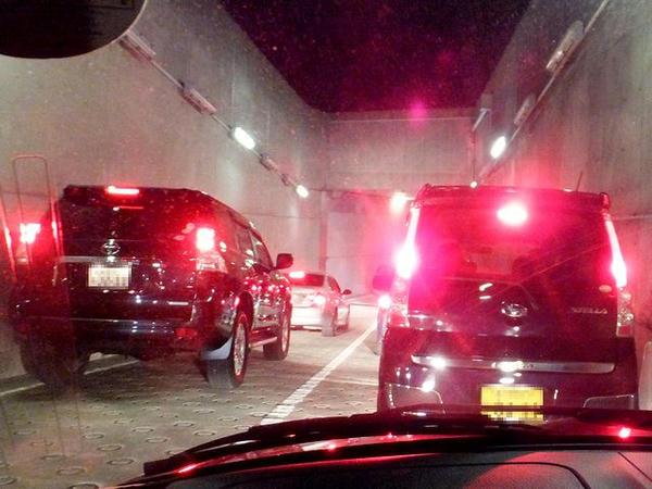 混雑する走路下のトンネル