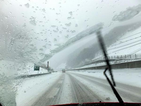 雪の中央道を