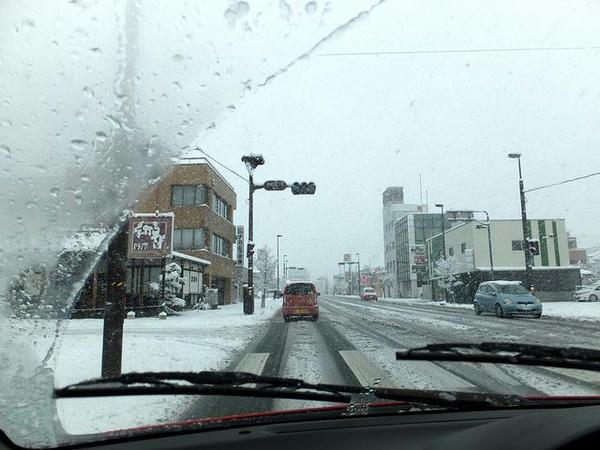 雪の甲府市内を