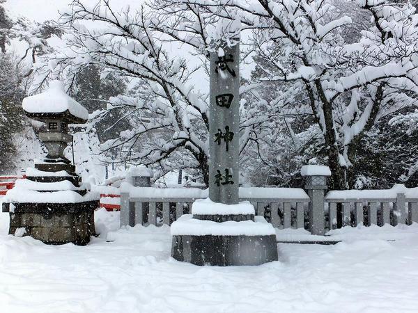 武田神社正面入口のところの石碑
