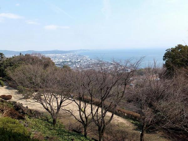 本丸から見た小田原城と相模湾方面