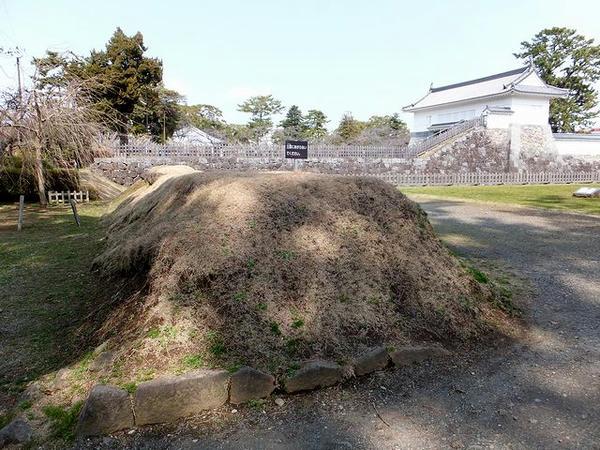 御茶壺曲輪の土塁