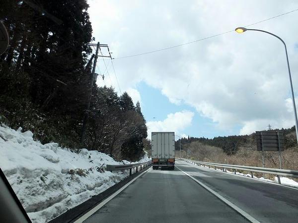 雪の残る国道1号箱根新道