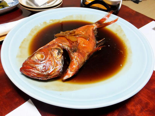 宿の夕食の一部(2)キンメの煮付け