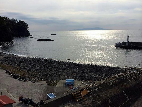 宿の部屋から見た朝の海