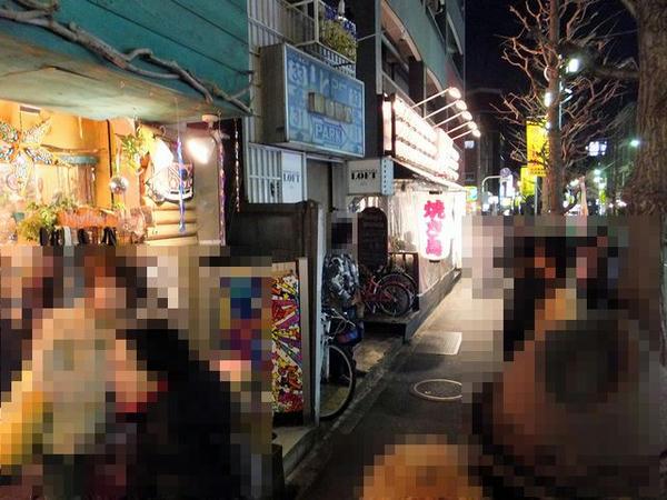 下北沢LOFT前で開場を待つ人達