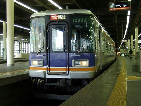 難波駅で発車を待つ特急サザン21号