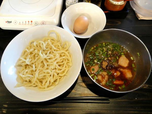ホルモン味噌つけ麺(並・あり・ひや) 820円 (生卵とごはんはサービス)