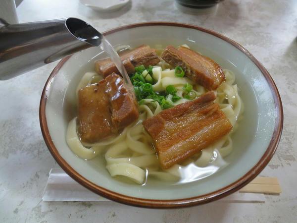 (スープ注ぎ中)