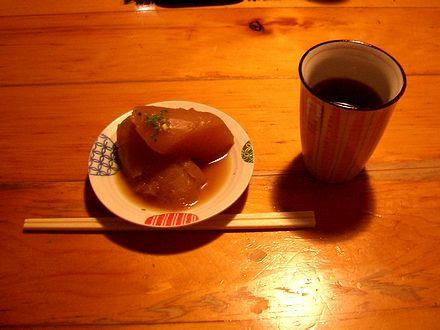 大根の煮物とお茶(サービス)