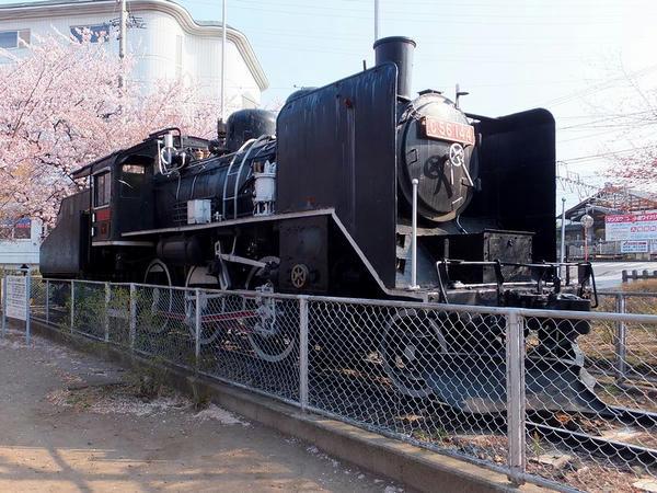 駐車場に静態保存されているC56形蒸気機関車