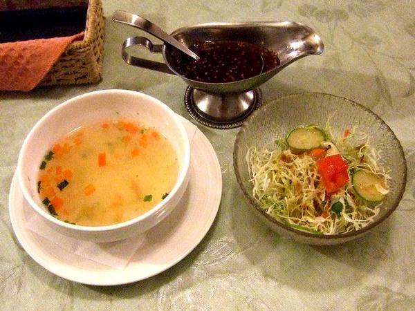 ワンパウンドジャンボステーキ(450g)セット(レア) 2,330円 のコラーゲンたっぷりスープとサラダ、ステーキソース