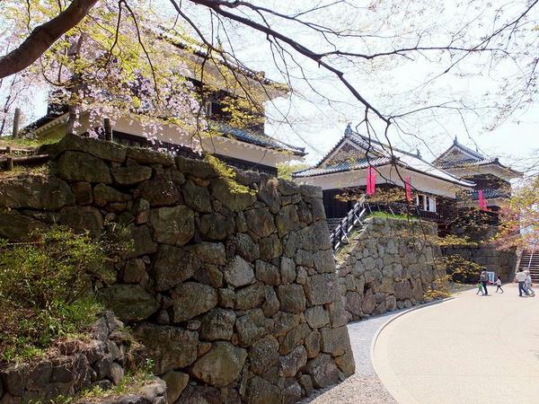 裏側から見た南櫓・北櫓と櫓門