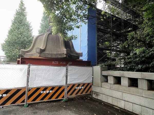 震災で被害を受けた石灯籠