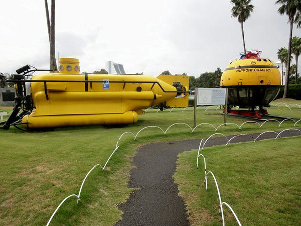 深海潜水艇「PC-18(模型)」(左)と潜水艇「たんかい」(右)