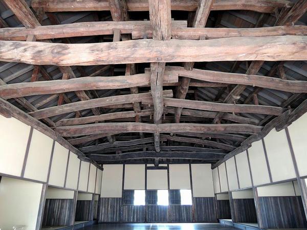 屋根裏の梁など