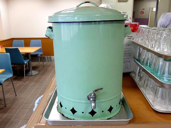 店内のレトロな冷水器