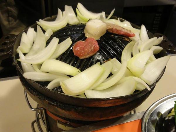 玉ねぎ食べ放題 105円 (肉片2つは前述の北海道産ラム)