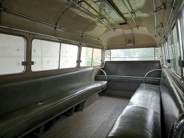 マイクロバスの車内