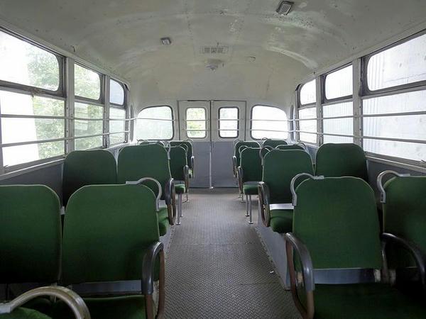 ボンネットバスの車内(1)