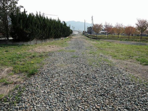 松代城跡付近の踏切跡から旧象山口駅方向の線路跡