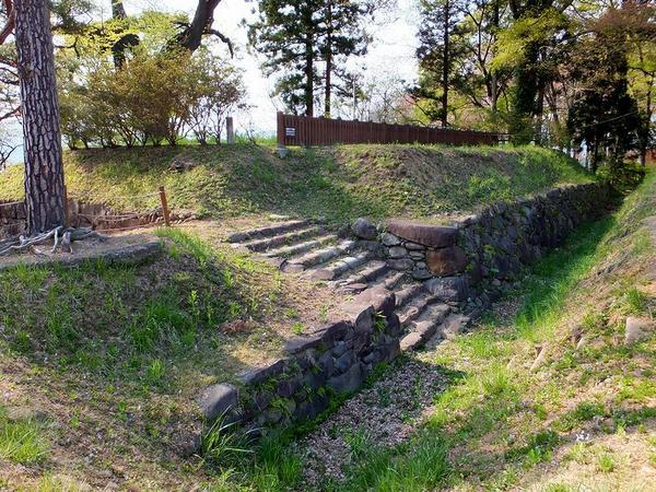 西櫓台の石垣と石段その1