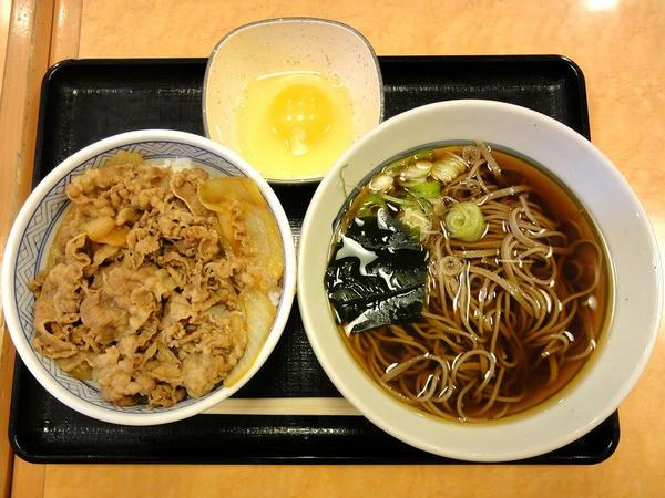 牛丼と十割そばセット(かけそば・牛丼並盛) 680円 + 玉子 50円
