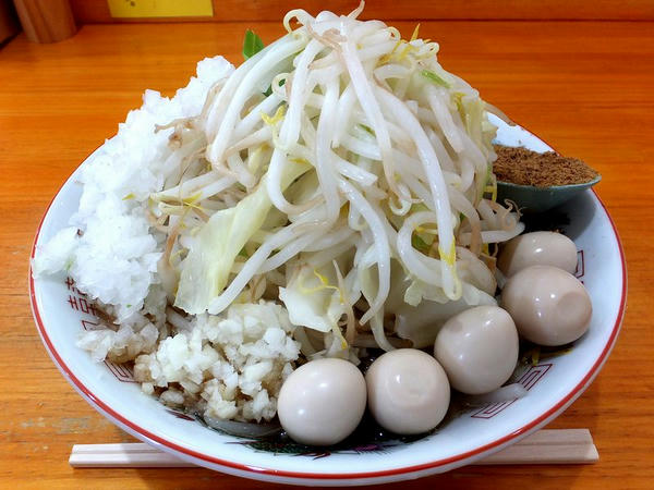 ラーメン(200g豚2枚)(ニンニク) 750円 + うずら 100円 + 魚粉 100円 + たまねぎ 50円