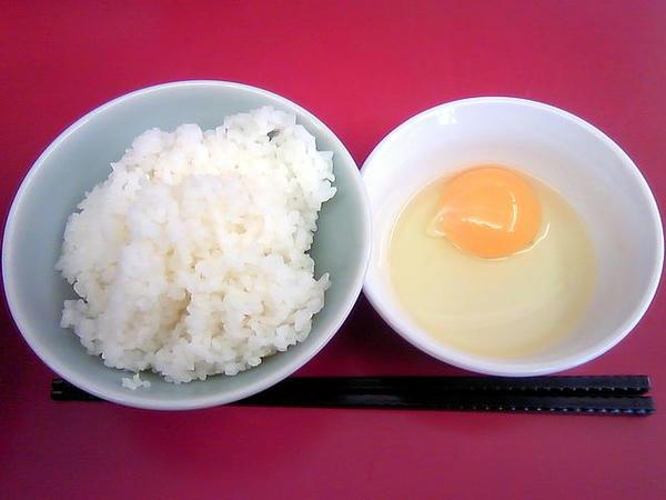 山岡家やみつき!豚玉ラーメン肉ダブル半ライスセット 1,080円 の半ライスと生卵