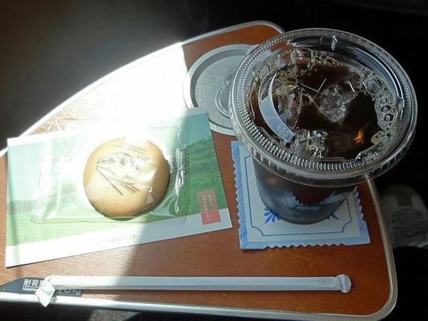 車内販売で購入したアイスコーヒー