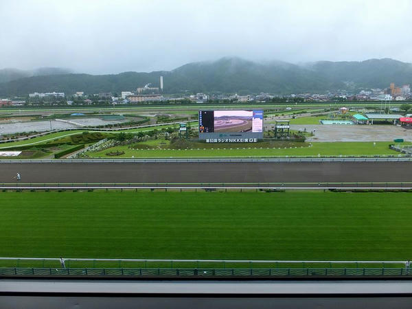 自席からの眺め(開催初日だけあって馬場が綺麗です)