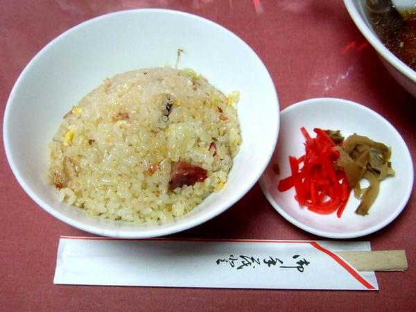 ラーメン定食 840円 の半チャーハンと紅ショウガ・ザーサイ