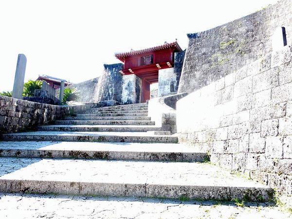 瑞泉門と冊封七碑(の一部)