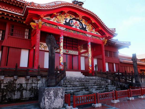 正殿の正面入口付近と龍柱