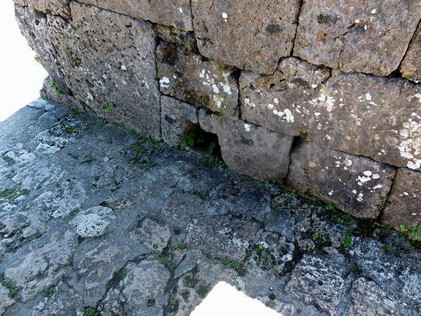入口の石積みのところにあった門の跡
