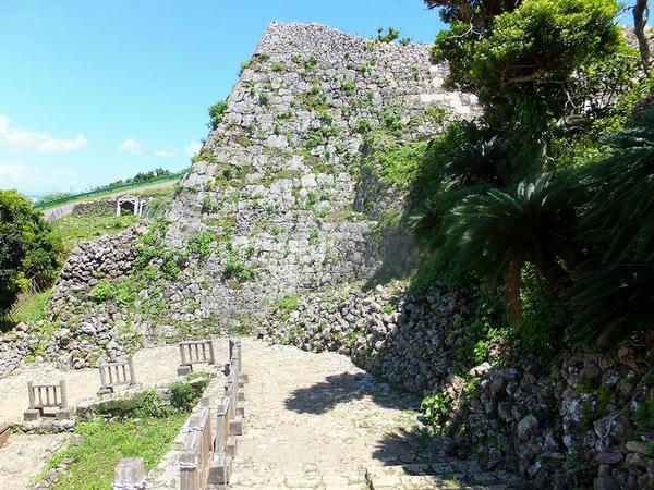 南の郭の出口から一の郭の城壁を望む