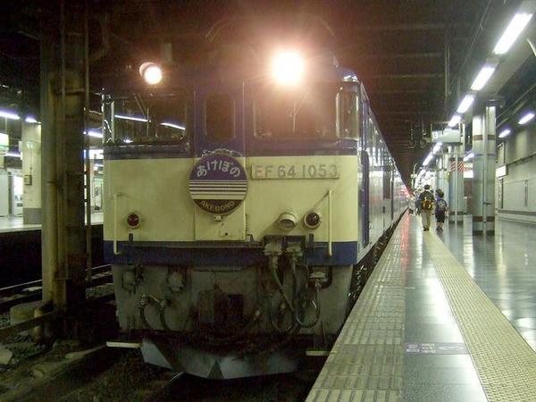 上野駅で発車を待つ『寝台特急あけぼの号』