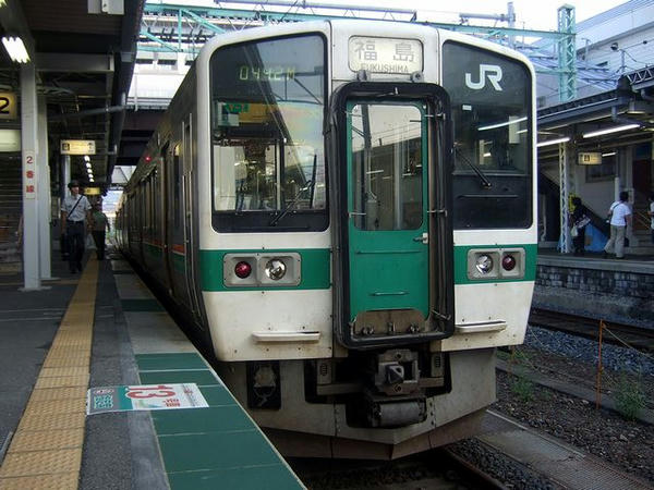 JR米沢駅で発車を待つ福島行き普通列車